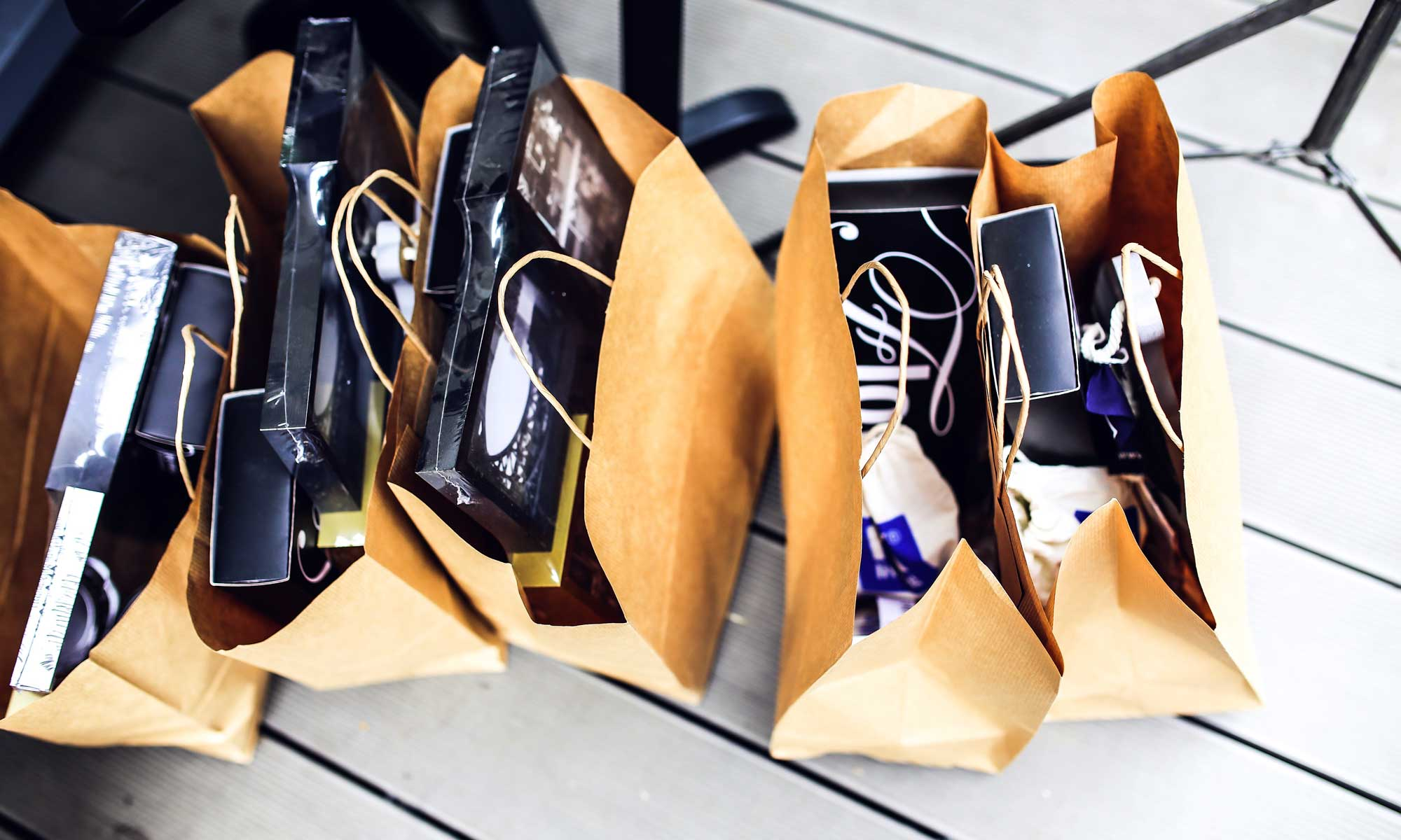 https://www.pexels.com/photo/brown-shopping-bags-5956/